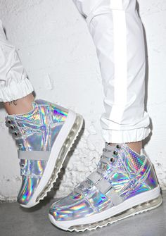 Y.R.U. Qozmo Aiire Light Up Hologram Sneakers are gonna take yer feel to another planet, bb. Level up with these high top sneakers featuring a reflective holographic body and sik air bubblesole with pink, blue and green LED lights running thru for fab futuristic vibes. Complete with embroidered aliens at the back of ya heels, lace up closure and side utility clips.
