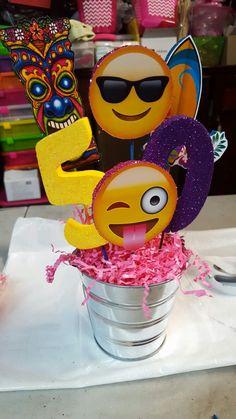 Centro de mesa para lau 9th Birthday Parties, 50th Birthday Party, Emoji Theme Party, Party Themes, Luau Centerpieces, Bday Girl, Luau Party, Unicorn Party, Projects