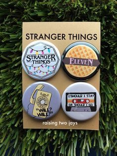 This four pack of Stranger Things Buttons or Magnets are for the biggest of fans! but this Netflix Series swept me off my feet. The pins I created reflect the show and main themes from the bright yellow phone, Christmas lights, a Stranger Things Pins, Stranger Things Netflix, Stranger Things Patches, Stranger Things Tattoo, Theme Harry Potter, Foto Art, Pin And Patches, Cute Pins, Badges