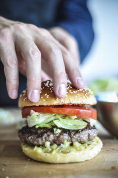 """""""Le Vagabond"""" Avec sa mayonnaise moutarde et miel, sa sauce tomates aux herbes, ses pickles et oignons finement coupés, ce burger plein de saveur ravi les fins gourmets de par son originalité."""