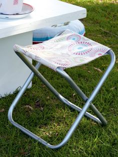 Enjoy an outdoor picnic with a make-it-yourself stool Weekend Projects, Folding Chair, Picnic, Stool, Make It Yourself, How To Make, Crafts, Diy, Outdoor