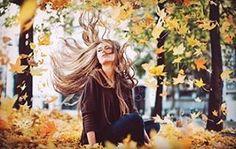 #волосы#уход#осень  Осень – время для масел. Их главная задача – удерживать влагу, что нам и необходимо для упругости и здоровья волос. Наносить лучше масло на влажные волосы после аккуратной сушки полотенцем. Учтите, что при избытке влаги масло просто стечет по волосам.  До тех пор, пока ваши волосы не придут в себя (перестанут ломаться, сечься, выпадать), откажитесь от радикального окрашивания. Не стоит пока предпринимать попытки превратиться из роковой брюнетки в миловидную блондинку…