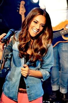 Laurelyn Prescott  (Jana Kramer) performing with Southern Ophelia.
