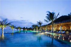 Amiana - resort theo tiêu chuẩn 5 sao nổi tiếng của Nha Trang  Amiana Resort Nha Trang giống như một ốc đảo nhỏ nằm dọc theo bãi biển xinh đẹp ở cuối thành phố Nha Trang được rất nhiều du khách biết không chỉ ở kiến trúc bên ngoài mà còn ở cách thức phục vụ theo tiêu chuẩn 5 sao của nơi này. Do đó hằng năm có rất nhiều du khách đến Nha Trang đã chọn Amiana làm nơi nghỉ ngơi cho mình để có tinh thần khám phá hết những nét đẹp của thành phố biển Nha Trang.  Trong chuyến du lịch Nha Trang cực…