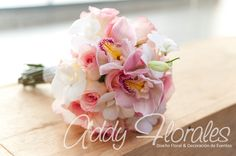 Rosas  y orquídeas cymbidium