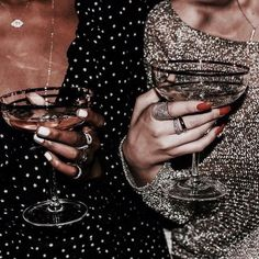 sparkle glitter champagne martini christmas party bet friends - Gifts and Costume Ideas for 2020 , Christmas Celebration Glamour, Five Jeans, Foto Fashion, 90s Fashion, Fashion Mode, Party Fashion, Womens Fashion, Fashion Clothes, Fashion Outfits