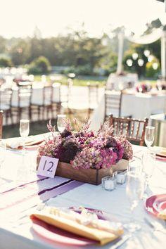 centre de table mariage vintage dans caisse - © Ashley Rose Photography