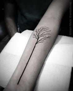 Árvore minimalista no braço. Traços bem simples mas com o máximo de naturalidade nos galhos. •TATTOO YOU•