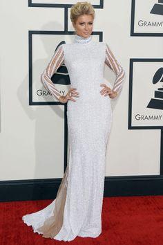 Haus of Milani firmó el vestido que lució Paris Hilton, un total white en strass y mangas bordadas, con mucha transparencia en la espalda.