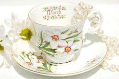 Antique soucoupe et tasse de thé à l'anglaise. Mars par EcoIdeology