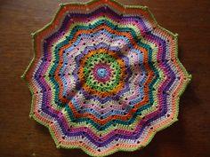 Sousplat em Crochê, feita com linha.  Mede aproximadamente 32cm de diâmetro.