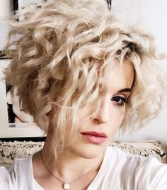 Kelly Osbournes Platinum Micro Bob gives us great hair envy - Short Hair Short Blonde Curly Hair, Short Hair Cuts, Curly Hair Styles, Wavy Pixie, Curly Short, Long Hair, Curly Bob Hairstyles, Short Hairstyles For Women, Hairstyles With Bangs