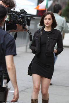 Dakota Johnson shows off her svelte figure in tight leggings Style Dakota Johnson, Dakota Johnson Hair, Dakota Style, Dakota Mayi Johnson, Grunge Outfits, Fashion Outfits, Womens Fashion, Celebrity Look, Tight Leggings