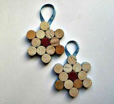 Fabriquer des étoiles de Noël à suspendre pour décorer la maison avec des bouchons de liège et les personnaliser avec des rubans