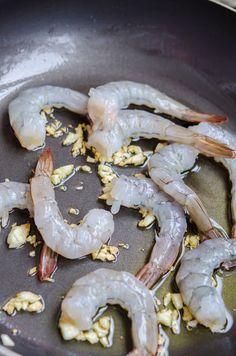 Creveti in sos de rosii cu seminte de pin - Din secretele bucătăriei chinezești Shrimp, Stuffed Mushrooms, Meat, Vegetables, Food, Stuff Mushrooms, Meal, Eten, Vegetable Recipes