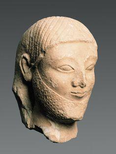Cyprus, Ca. 550 v.Chr., Kop van een man, Witte Cyprische kalksteen, hoogte 28,9 cm | Allard Pierson Museum, Amsterdam