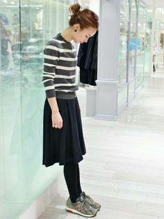 グレー×白の上品なカーディガン。フレアスカートを合わせた女性らしいコーディネートに、スニーカーをチョイスしてカジュアル感をプラスしています。