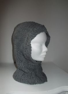Scaldacollo con cappuccio in lana lavorato a coste.