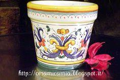 Pot for the plant #Maiolika #Italy http://ceramicamia.blogspot.it/2013/09/bomboniere-di-maiolica-dipinte-mano.html