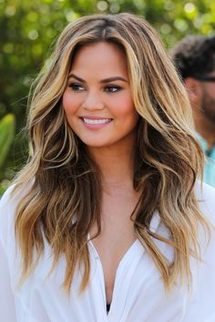 When done right, brown hair with blonde highlights can be truly stunning! Check out our 70 + amazing brunette hair ideas for highlights and balayage. Brown Hair With Blonde Highlights, Hair Highlights, Blonde Honey, Caramel Highlights, Chrissy Teigen Hair, Summer Hairstyles, Cool Hairstyles, Hairstyles 2016, Medium Hairstyles