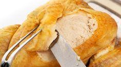 Die richtige Zubereitung von Geflügel ist gar nicht so einfach. Wie ihr ein Huhn tranchiert, lest ihr hier. Denn nachdem ihr das Huhn aus dem Ofen geholt habt, muss es schließlich noch portioniert werden.