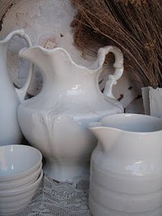 Perfect accessories for a summer cottage: A Few Vintage Summer Scenes White Dishes, White Pitchers, Junk Chic Cottage, Vibeke Design, Summer Scenes, Rose Cottage, French Cottage, French Country, White Cottage