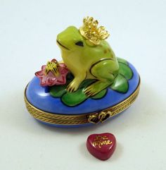 NEW FRENCH LIMOGES TRINKET BOX FROG PRINCE & GOLD CROWN ON LILYPAD W LILY FLOWER