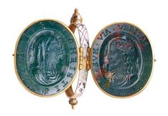 From the Museum of London's Cheapside Hoard, a cameo locket showing the head of Christ and the Virgin Mary in bloodstone Ancient Jewelry, Antique Jewelry, Vintage Jewelry, Renaissance Jewelry, Medieval Jewelry, Cameo Jewelry, London Museums, Jewelry Collection, Gemstones