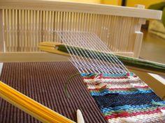 În atelier   Atelierul de miniaturi Loom Weaving, Beach Mat, Outdoor Blanket, About Me Blog, Crochet, Diy, Spinning Wheels, Weaving Looms, Loom Knitting Projects