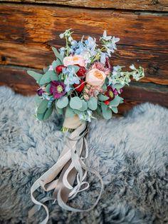 Die romantische Winterhochzeit von Vanessa Anime Wedding, Red Garnet, Flower Arrangements, Dream Wedding, Dennis, Marriage, Sky, Bridal Bouquets, Flowers