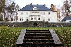 LUKSUSVILLA: Villaen i Strandalleen på Strand er på 615 m² og går over fire etasjer. Utearealene er på tre mål, og blir tydeligvis satt pris på av de lokale rådyrene.