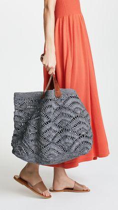 Tote -Tulum Tote - Mar y Sol, Tulum tote Model 212 trabzanli taban üzerinde ilerliyor. Çanta … Mar Y Sol Tulum Tote Crochet Tote, Crochet Handbags, Crochet Purses, Knit Crochet, Crochet Gratis, Free Crochet, Trash To Couture, Diy Fashion, Fashion Women