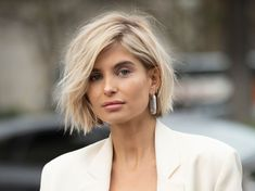Short Bob: Die heiße Bob-Frisur, die jedem steht Whether with beach waves, super sleek or with a long pony – the bob hairstyle is always. The trend hairstyle 2019 is clearly the Short Bob. Bob Hairstyles For Thick, Bob Hairstyles With Bangs, Short Bob Haircuts, Hairstyle Short, Short Blonde Bobs, Blunt Blonde Bob, Blonde Bob With Fringe, Blunt Bob With Bangs, Short Blunt Bob
