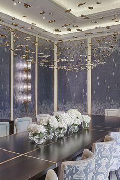 Our standard Leaf Fall suspended ceiling sculptures can be tailored to complement your interior schemes. Porcelain leaves in rich gold lustre feel right at home in this opulent dining room by Katharine Pooley  #lightbyhaberdashery #luxurylighting #lightingsculpture #modernluxury #chandeliers #luxurychandelier Luxury Chandelier, Luxury Lighting, Chandeliers, Ceiling Bed, London Design Week, Luxury Dining Room, Luxurious Bedrooms, Modern Luxury, Autumn Leaves