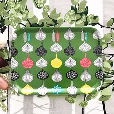 Onion print in green.The tray is food contact safe and can be washed in the dishwasher up to 95 degrees celcius.