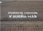 'Duerme menos y sueña más', frase del paso de cebra de 'Madrid te comería a versos'