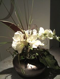 Vase Irisé Taupe Avec Des Amaryllis Blancs Et Orchidée. 95u20ac