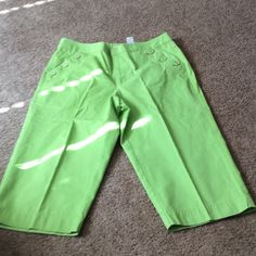 Audra by Liz Claiborne Capris size 12 Med green really pretty NWOT font pockets with button detail . Zipper snap closure . Liz Claiborne Pants Ankle & Cropped
