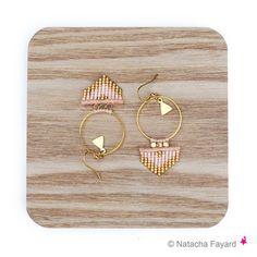 Rose pêche blush nude et doré - Boucles d'oreilles tissées en miyuki delica et micro macramé forme créoles flèches - Bijoux de créateur