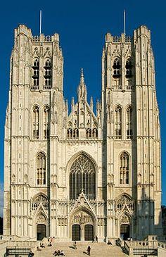 Catedral de San Miguel y Santa Gúdula de Bruselas. Edificio gótico. Se empezó a erigir en 1226 con piedra de Gobertange y se concluyó su construcción en 1500. La nave presenta todas las características del estilo gótico brabanzón.....