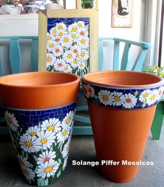 Lindos vasos com mosaico!These pretty daisy mosaic pots could serve in my kitchen as utensil holders.what a terrific ideaLove the mosaic panel.Formosa House: Mosaic Of Colors And Beauty! Mosaic Planters, Mosaic Garden Art, Mosaic Vase, Mosaic Flower Pots, Mosaic Tiles, Mosaic Crafts, Mosaic Projects, Mosaic Madness, Stone Mosaic