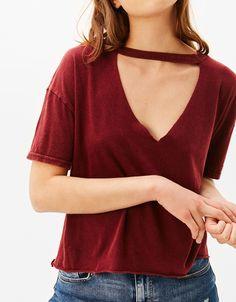 Koszulka z dekoltem z chokerem.  Odkryj to i wiele innych ubrań w Bershka w cotygodniowych nowościach