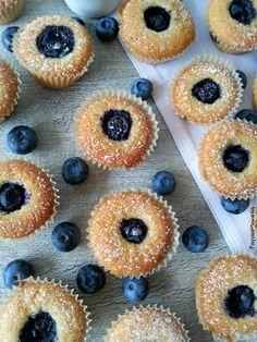 I mini muffin senza burro con mirtilli freschi e vaniglia bourbon sono bocconcini leggeri e golosi che si preparano in un attimo. Una delizia tutta light!
