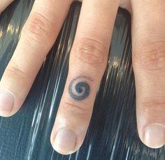 Swirly knuckle tattoo by Gustoyle Tattoo