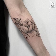 I like the complete outline mix with shading Black Tattoo Art, Black Tattoos, Body Art Tattoos, Sleeve Tattoos, Flower Tattoo Back, Flower Tattoo Shoulder, Flower Outline Tattoo, Beautiful Small Tattoos, Pretty Tattoos