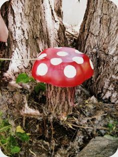 DIY ~ Paint an old salad bowl, put over a stump = toadstool in your garden :)