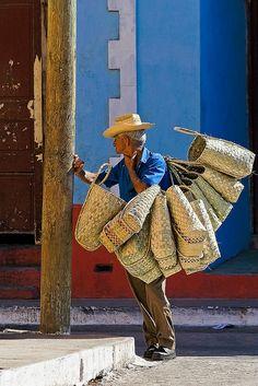 """Bag seller. Vendedor de """"jabas""""(bag to carry groceries)"""
