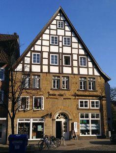 Bielefeld (Germany / Deutschland) 2013. Dies ist das wahrscheinlich älteste Haus in Bielefeld. Erbaut 1485. Außerdem ist darin das Backpulver (Dr. Oetker) erfunden worden und unter dem Haus befindet sich eine römische Straße. North Rhine Westphalia, Bielefeld Germany, Interesting Buildings, Germany Travel, Sweet Home, Castle, Cabin, Mansions, Architecture