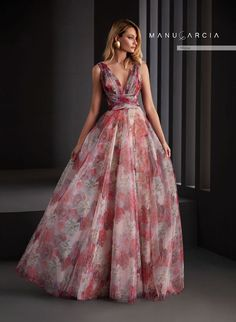 Party dresses and godmother by Manu Garcia Grey Evening Dresses, Hijab Evening Dress, Pretty Prom Dresses, Fabulous Dresses, Nice Dresses, Formal Dresses, Godmother Dress, Manu Garcia, Boho Wedding Dress Bohemian