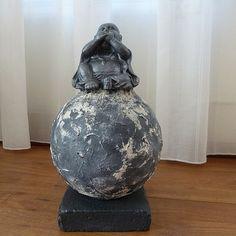 Decoratie beeld of figuurvan eenHappy Boeddha Zwijgengeplaatst op een bol. De bol is bewerkt met Stone Art wat eensteen effect geeft.  Meestal wordt eenBoeddha cadeaugegeven aan goede vrienden of kennissen.Als:Verjaardag-Relatie-Huwelijks-Jubileum-Vriendschap-Afscheid cadeauen ofgeschenk.  Jezelf een BoeddhaCadeaudoen kan natuurlijk ook. Het is een mooiedecoratievoor inhuis. Het verhaal dat dit ongeluk zou brengen is een westers fabeltje.